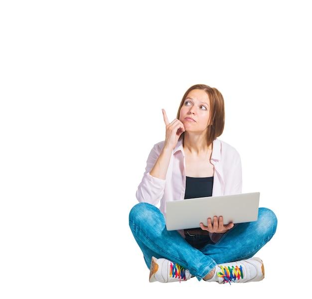 Donna giovane emozione con computer portatile su superficie isolata bianca