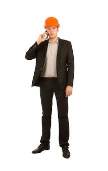 Giovane ingegnere che parla con il cliente tramite il telefono cellulare