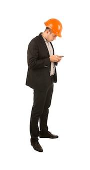 Giovane ingegnere che usa il cellulare per mandare sms