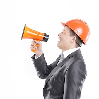 Giovane ingegnere con un megafono.isolato su bianco