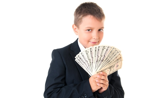 Giovane ragazzo intraprendente scolaro in giacca e cravatta che tiene i soldi nelle sue mani