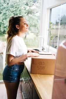 Giovane imprenditore adolescente imprenditore lavora a casa generazione alfa stile di vita telefono cal