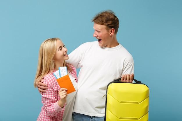 Giovane coppia eccitata due amici ragazzo e donna in posa di magliette rosa bianche