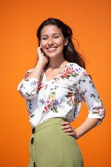 Giovane donna esecutiva con sfondo arancione