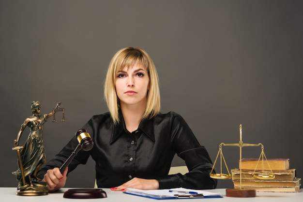 Un giovane giudice donna bionda lavora nel suo ufficio.