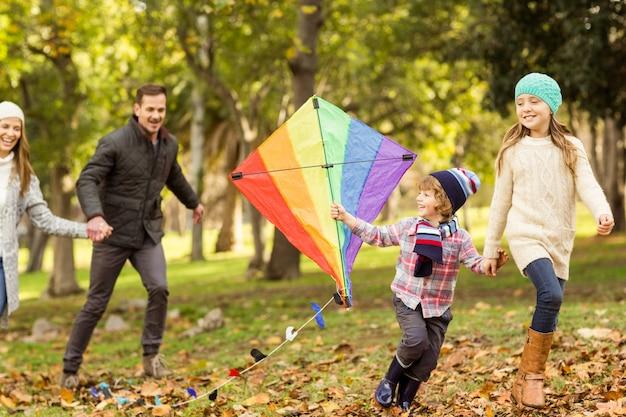 Giovane famiglia che gioca con un aquilone