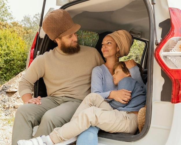 Giovane famiglia che viaggia in auto