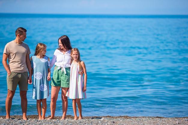 La giovane famiglia in vacanza si diverte molto