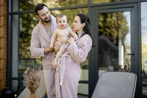 Giovane famiglia con un bambino di un anno che riposa al resort termale