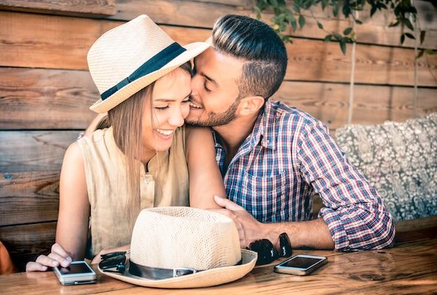 Coppia di innamorati moda giovane all'inizio della storia d'amore Foto Premium