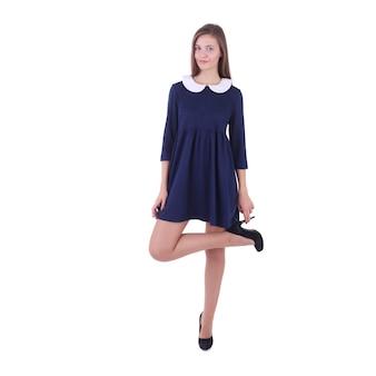 Giovane ragazza alla moda che indossa un vestito blu