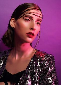 Giovane modella in posa su una superficie viola