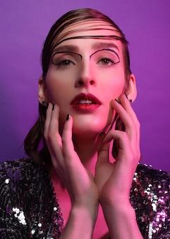 Giovane modella in posa sul viola