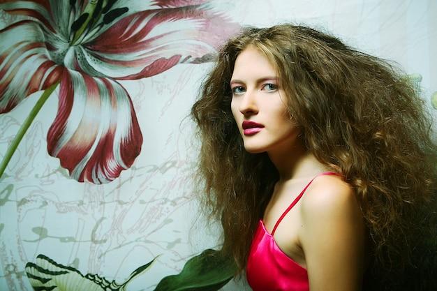 Modello di moda giovane in posa in studio