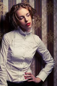 Modello di moda giovane in posa
