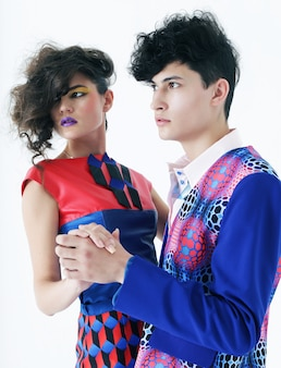 Giovani coppie alla moda che posano allo studio
