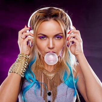 Giovane ragazza alla moda in stile discoteca