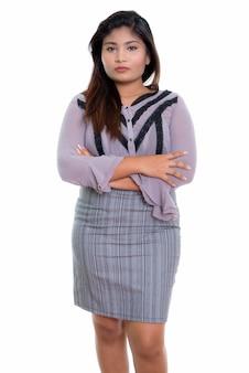 Giovane imprenditrice persiana grassa in piedi con le braccia incrociate