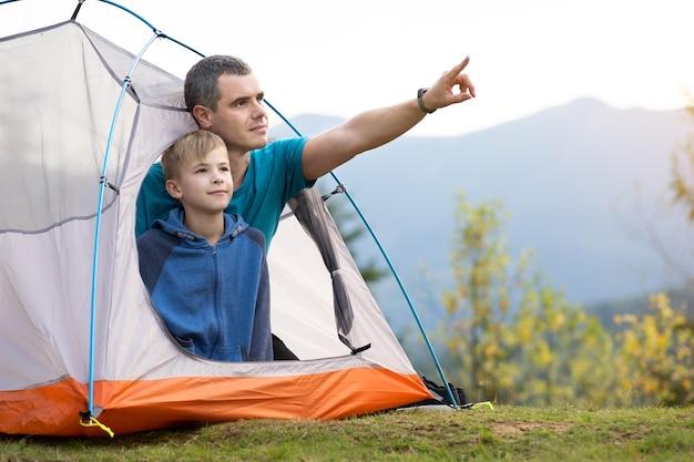 Giovane padre e suo figlio che fanno un'escursione insieme
