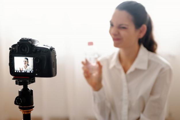 Giovane blogger femminile con fotocamera
