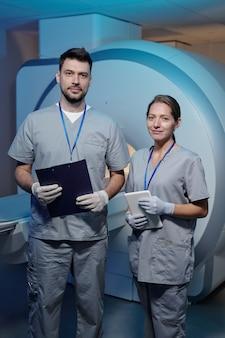 Giovane medico femminile e radiologo maschio in uniforme