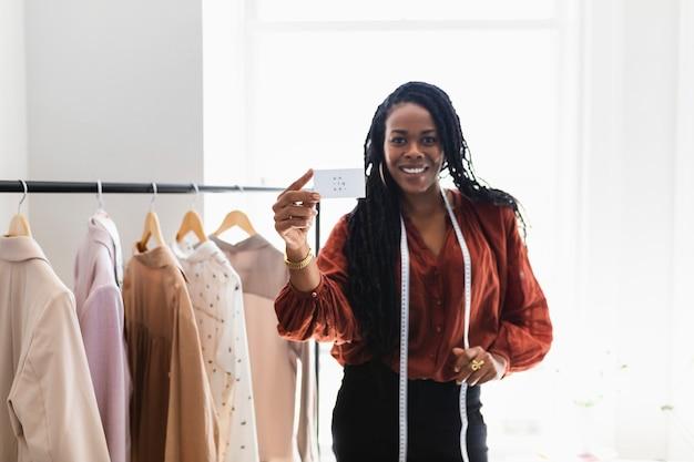 Giovane stilista in una boutique