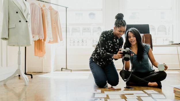 Giovani stiliste in una boutique