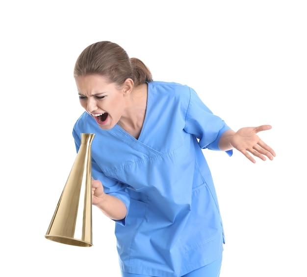 Giovane dottoressa che grida nel megafono su bianco