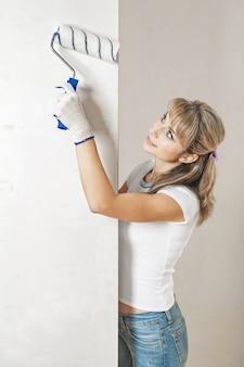 Giovane donna che dipinge il muro
