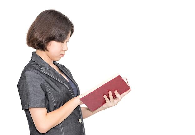 Giovani femmine capelli corti alzando il libro rosso, ritagliare isolati su sfondo bianco