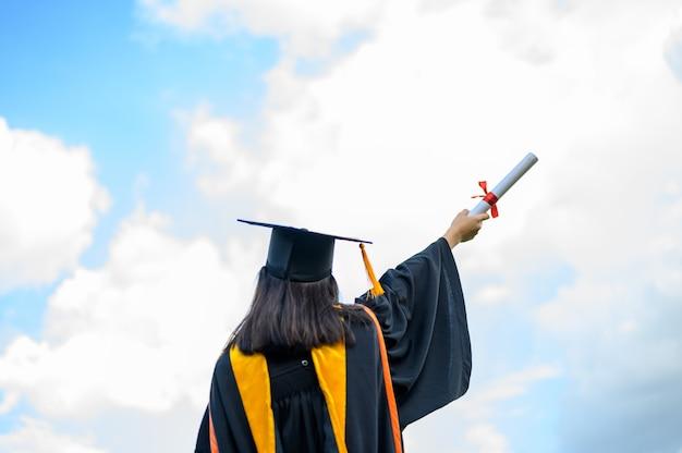 Giovane studentessa laurea dall'università