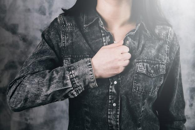 Giovani donne che soffrono di forti dolori al petto