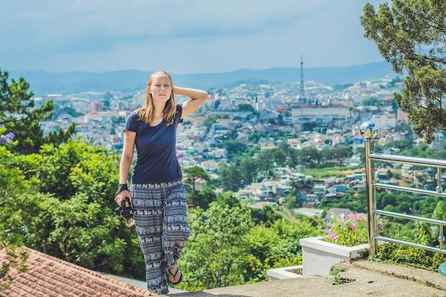 Giovane donna che viaggia gode di una splendida vista della città di dalat, vietnam