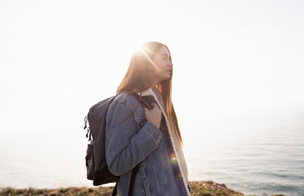 Giovane donna che viaggia per godersi la pace intorno a lei