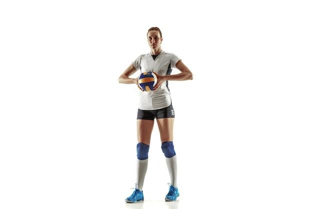 Giovane giocatore di pallavolo femminile isolato su sfondo bianco per studio. donna in attrezzature sportive e scarpe o scarpe da ginnastica che si allenano e si esercitano. concetto di sport, stile di vita sano, movimento e movimento.