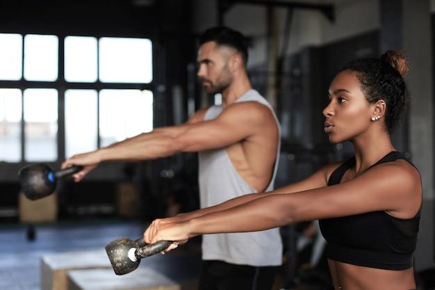 La giovane coppia in forma è in buona forma.