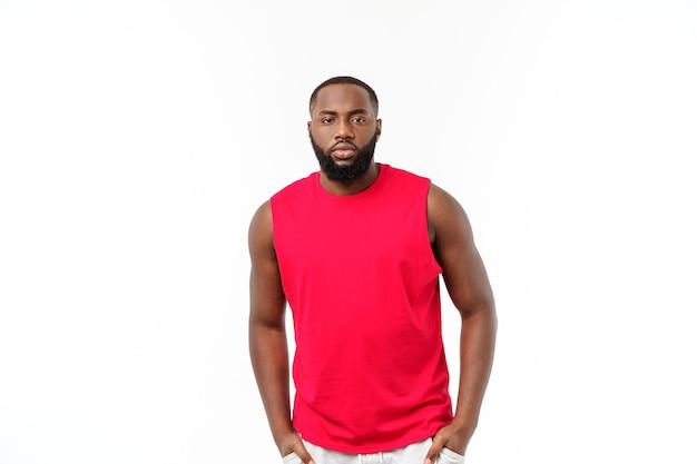 Giovane africano nero fitness uomo in abbigliamento sportivo tifo spensierato isolato su sfondo bianco.