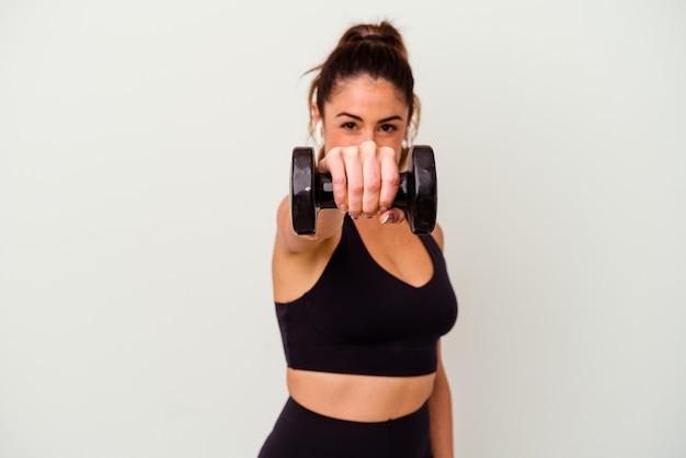 Giovane donna fitness con manubri isolato su bianco