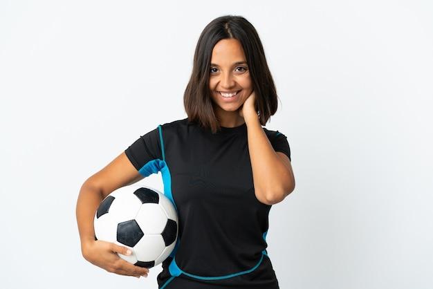 Giovane donna del giocatore di football americano isolata sulla risata bianca
