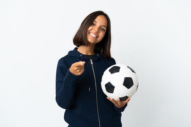 Giovane donna del giocatore di football americano isolata sul fronte di puntamento bianco con l'espressione felice