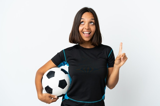 Donna giovane calciatore isolata su bianco rivolto verso l'alto e sorpreso