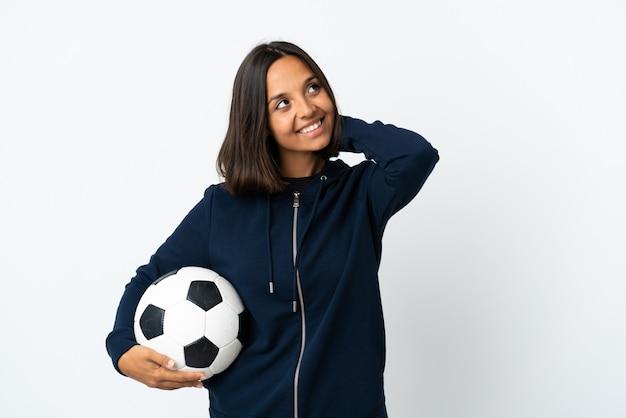 Giovane donna del giocatore di football americano isolata su bianco che pensa un'idea