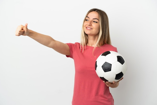 Giovane donna del giocatore di football americano sopra la parete bianca isolata che dà un pollice in su gesto
