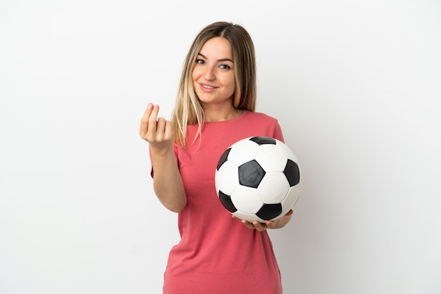 Giovane donna del giocatore di football americano sopra la parete bianca isolata che fa i soldi gesture