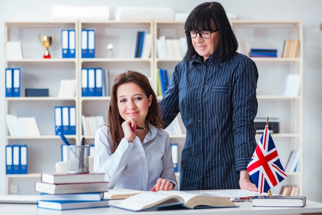 Giovane studente straniero durante la lezione di lingua inglese