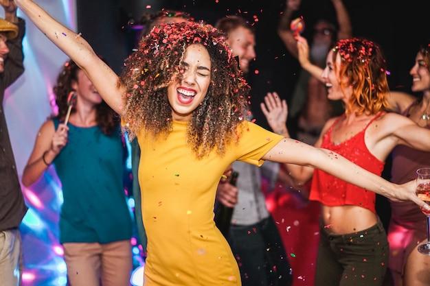 Giovani amici che ballano a casa festa privata
