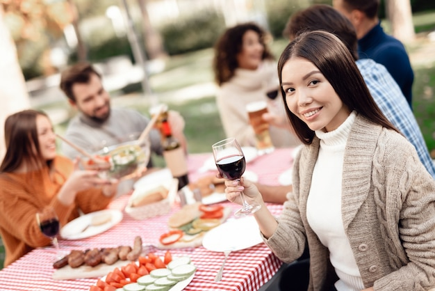 I giovani amici si divertono, cucinano cibo, bevono alcolici.