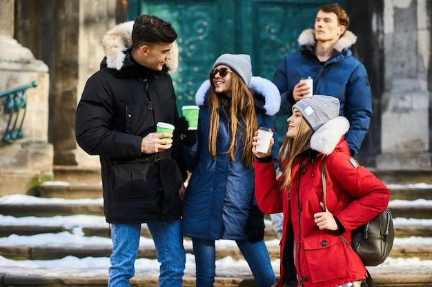 Giovani amici divertendosi all'aperto nell'orario invernale