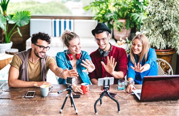 Gruppo di startupper di giovani amici che si divertono sulla piattaforma di streaming con webcam - focus sui volti centrali
