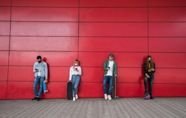 Giovani amici utilizzando il telefono cellulare